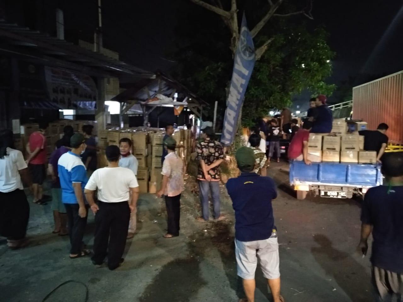 Pengurus RW 08, Terima Paket Bantuan Sosial PSBB COVID-19 dari Pemerintah Provinsi DKI Jakarta.