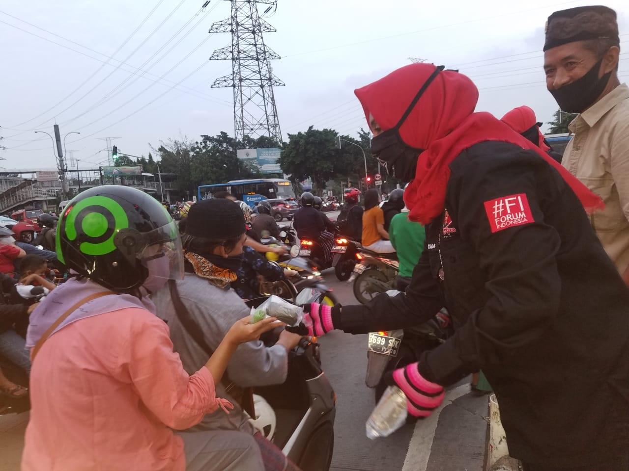 ORMAS Bang Japar  Komcam Kramat Jati Jakarta Timur Bagikan Takjil di Depan PGC Cililitan