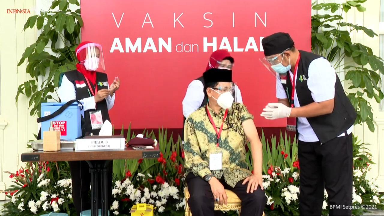 Sekjen MUI Buya Amirsyah Tambunan Ikut Vaksinasi Perdana di Istana Negara
