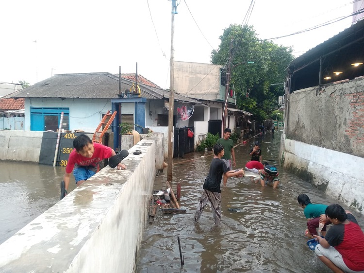 Hujan Deras Rendam Rumah Penduduk di Halim Perdanakusuma