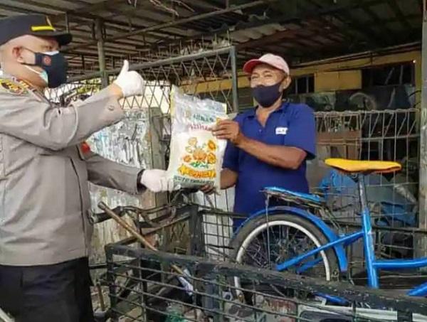 Kapolsek Sawangan Depok,  Bagikan Sembako dan Sosialisasikan Protokol Kesehatan