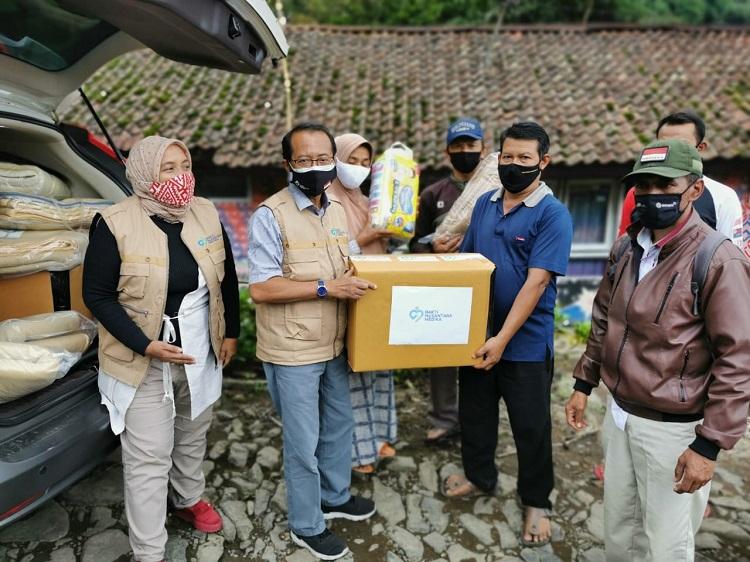 Yayasan Baktimed Beri Sumbangan Ke Korban Tanah Longsor Cisarua