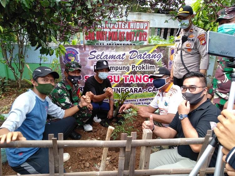 Peduli Lingkungan PT PAMA Serahkan Ratusan Bibit Pohon ke RW 012