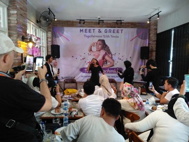 Penyanyi Indonesia Idol Novia Bachmid Cicipi Kopi Kedai Malabar
