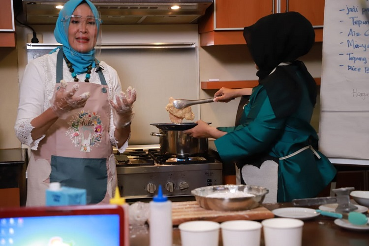 Dorong Perempuan Mandiri, Partai Gelora Ajarkan Cara Membuat  Jajanan Shihlin  yang Murah